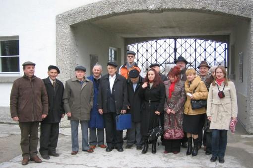Am_Eingang_der_KZ-Gedenkstatte_Dachau